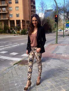"""Eva González - Blog 'Las Tentaciones de Eva' 2012/2013 """"Entretiempo""""  http://las-tentaciones-de-eva.blogs.elle.es/2013/04/02/entretiempo/ Americana de paño calentito en color negro de MIRIAM OCARIZ. Camiseta de manga corta de OLIPHANT. El pantalón vaquero es una nueva adquisición, me encanta el estampado que tiene, es de Joe's Jeans. Los zapatos son un básico, de BOUTIQUE 9."""