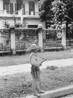 Vietminh soldier patrolling in front of US consulate. Date unknown - pin by Paolo Marzioli First Indochina War, Vietnam War Photos, War Photography, Indochine, Cold War, Military History, Laos, Police, The Unit