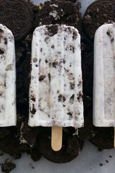 Cookies & Cream Popsicles Learn how to make Homemade Popsicles including your favorite flavors like 2 ingredient Nutella, Oreo and Raspberry Cheesecake. Köstliche Desserts, Frozen Desserts, Frozen Treats, Dessert Recipes, Baking Recipes, Easy Recipes, Gelato, Cookies And Cream Frosting, Homemade Popsicles