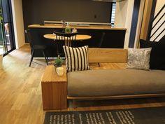 オーク無垢材のフローリングにブラック色の壁面、グレー色の壁面、ネイビー色のドアという内装にタモ材の家具でナチュラル&ブラック色のコーディネートを提案