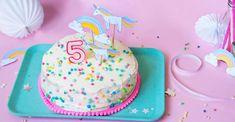 Einhorn Geburtstag: tolle Ideen für die Einhorn Party: Einladung, Geburtstagkuchen, Wolken Muffins mit Marshmellows oder Zauberstäbe und Dekoration zum einfachen selber machen - mehr auf FAMILICIOUS.de Cute Unicorn Party Dekoration and Cakes