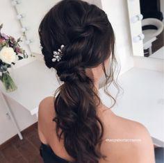 Причёска для свидетельницы или подружки невесты, стильный хвостик на один бок со жгутом. Cute bridesmaid hair style. One side twisted ponytail.
