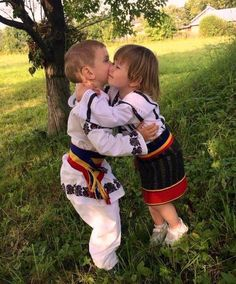 Little children dressed in Romanian traditional costume Places Worth Visiting, Love Actually, Happy People, Dracula, Beautiful Places, Costumes, Traditional, Country, Children