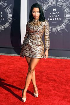 Nicki Minaj Channels Her Inner 'Anaconda' at MTV VMAs Photo Nicki Minaj is all about snakeskin on the red carpet at the 2014 MTV Video Music Awards held at The Forum on Sunday (August in Inglewood, Calif. Mtv Video Music Award, Music Awards, Mtv Award, Mtv Music, Elle Fashion, Fashion 2014, Mtv Videos, Red Carpet Looks, Red Carpet Fashion