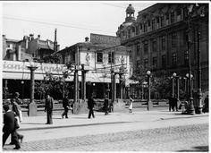 """București 1925  Localul """"Terasa Carpaţi"""" situată lângă clădirea Universităţii din București (dreapta), pe locul unde astăzi se înalță blocul cu Librăria """"Mihai Eminescu"""" la parter."""