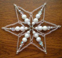 Korálková+hvězda+bílo-stříbrná+Hvězdička+je+vyrobena+z+korálků+bílé+a+stříbrné+barvy.+Velikost+ozdoby+cca+10+cm.+Hvězdička+je+vhodná+jako+dekorace,+zejména+v+období+Vánoc.+Může+posloužit+i+jako+malý+originální+dáreček.