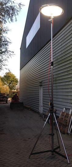 Powerdisk 400W LED met statief  Uitgerust met de nieuwste LED-technologie zorgt de powerdisk voor een maximale lichtopbrengst.  De powerdisk biedt 50.000 lumen om een groot gebied veilig te verlichten.  De armatuur is gemaakt van schokbestendig polycarbonaat en zorgt voor een optimale en lichtverdeling.  Tegelijkertijd zorgen het lichtgewicht en aerodynamische ontwerp van de armatuur behuizing voor een minimale windbelasting.  Dankzij het éénmansmontage concept is het armatuur snel en gema