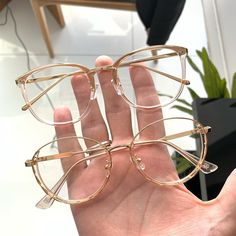 Glasses Frames Trendy, Glasses Trends, Accesorios Casual, Eyewear Trends, Fashion Eye Glasses, Girls Fashion Clothes, New Glasses, Sunglass Frames, Fashion Accessories