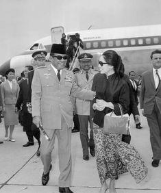 Ibu Dewi menyambut Presiden Soekarno Indonesia (kiri) di bandara Orly di luar Paris, Paris (1 Juli 1965)