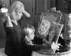 """Les plus belles photos des #archives de @parismatch_magazine #1962. #GinaLollobrigida et son fils Milko lors du tournage du film """"La beauté d'Hippolyte"""" de Giancarlo Zagni. L'actrice Italienne porte une perruque blonde son fils de quatre ans regarde un portrait de sa mère dans sa couleur naturelle. Il préfère sa maman en brune.  Photo : Jack Garofalo/ #ParisMatch by parismatch_vintage"""