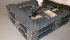 Das Verbinden der beiden Ebenen bewerkstelligen Sie mit 200 mm langen Holzschrauben, die Sie durch die Abstandsklötze schrauben.