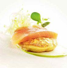 Kook de geschilde aardappelen gaar in licht gezouten water. Giet ze af. Plet de gekookte aardappelen en maak aan met de eierdooier, boter, room en bloem. Breng op smaak met …