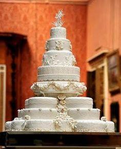 El pastel de bodas nació en la antigua Roma. Se partía un pan por encima de la cabeza de la novia y los invitados recogían y comían las migas como emblema de fertilidad. En Inglaterra surgió la...