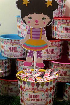 Centro de Mesa Circo com um balde de 1l 20 balinhas personalizadas e uma placa de personagem.
