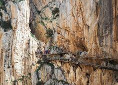 La renovada pasarela en un desfiladero de hasta 100 metros de altura en Málaga (Caminito del Rey)