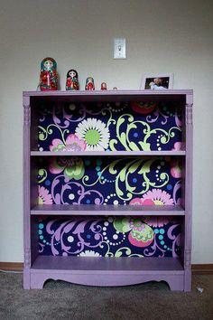 """Uma ideia para renovar aquela estantezinha que está ultrapassada e dar um """"up"""" na decoração..."""