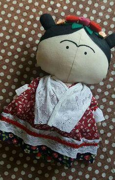 Tilda toy Frida Kahlo. Em algodão cru, detalges em renda, flores em feltro e fita.