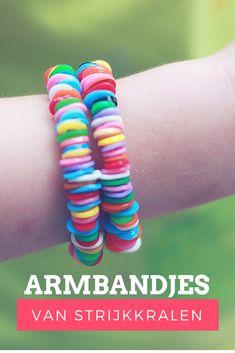 DIY. Lekker knutselen met kinderen. Vrolijke zomers armbandjes maken met strijkkralen.