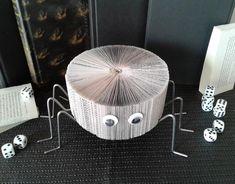 Spider Sculpture de livre Livre modifié Art de page de   Etsy Halloween, Decoration, Sculpture, Etsy, Recycled Books, Recycle Art, Book Folding, Decor, Sculptures