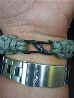 Want to do something different than a bulky plastic side release buckle or steel shackle? This is a great idea and unique looking. #ParacordBraceletHQ