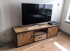 """Moderne industriële Tv meubel """"Sophie"""" Is helemaal van deze tijd. Door de combinatie van hout en staal is het een modern maar ook industrieel meubelstuk . Achter de deuren zitten geen schap, hierdoor is het praktischer om spullen op te bergen."""