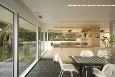 Live in a Stylish Mid-Century-Modern Abode Designed by Acclaimed Architect Richard Neutra Mid Century Modern Kitchen, Mid Century Modern Design, Modern Contemporary Homes, Mid-century Modern, Modern Architecture House, Modern Houses, Chinese Architecture, Futuristic Architecture, Mcm House