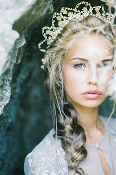 Time for a Bridal Tiara and Crown Revival. I'm not generally into tiaras but this is pretty stunning. Bridal Crown, Bridal Hair, Chic Vintage Brides, Braut Make-up, Tiaras And Crowns, Marie, Fairy Tales, Wedding Hairstyles, Dream Wedding