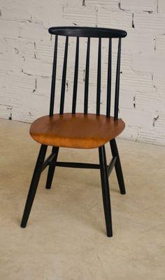 170,00 € Chaises au design style Ilmari Tapiovaara Chaises de style Scandinave réalisées dans les années 50 avec une assise en contreplacage de teck légèrement incurvée au centre et laqué, un dossier à barreaux enchâssés dans l'assise, et le piètement en hêtre laqué noirci. En excellent état, entièrement rénovées. Prix unitaire :  170€ la chaise.     Époque : 1950     État : Excellent état d'origine     Dimensions (largeur x hauteur x profondeur) : 44 x 84 x 42 cm     Poids du colis : 5 Kg