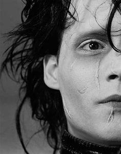 Edward Scissorhands (Johnny Depp) - El joven manos de tijera.