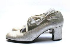 Salomés argentées scintillantes . Escarpins argentés . Chaussures à talons…