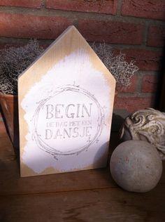 """Houten huisje tekst """" begin de dag met een dansje """""""
