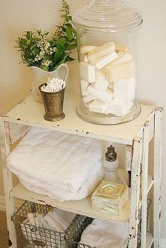 Badezimmerregal mit wenigen Dekoelementen einfach aufpeppen.