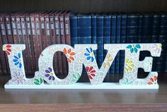Love em mosaico com pastilha cristal.