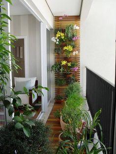 Mur végétal conçu avec des caillebotis