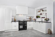 Wanneer je op zoek bent naar een romantische keuken, kun je net zo goed stoppen bij de Brugman Renew. Deze keuken ademt pure klasse uit, dankzij de strakke witte kaderfronten, het aanrechtblad van Belgisch hardsteen en het prachtige zwarte de Nardi fornuis met dubbele oven en wokbrander. // Brugman Keukens & Badkamers @ Villa ArenA
