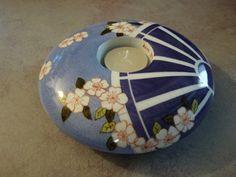 Très joli bougeoir rond en forme de galet en porcelaine blanche que j'ai décoré d'un motif d'éventail d'après un modèle de Dony Alexiev . Le bougeoir mesure 16 cm de diamèt - 10061983