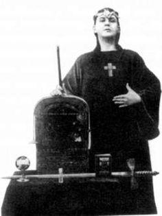 Oprichter en 'profeet' Aleister Crowley voerde het motto 'doe wat je wil' en propageerde sadomasochistische seks, bezweringen en het gebruik van harddrugs. © Getty.