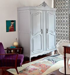 O guarda-roupa de 45 anos virou armário de escritório. Por fora, recebeu laca brilhante na cor cinza. Ideia da arquiteta Renata Cáfaro