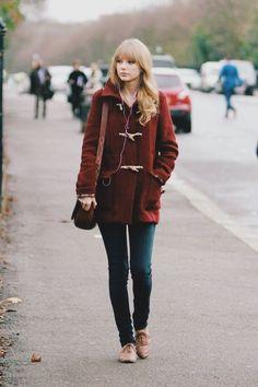 Acheter la tenue sur Lookastic: https://lookastic.fr/mode-femme/tenues/duffel-coat-bordeaux-jean-skinny-bleu-marine-chaussures-richelieu-sac-bandouliere-brun/5647 — Chaussures richelieu en cuir brunes claires — Jean skinny bleu marine — Sac bandoulière en cuir brun — Duffel-coat bordeaux