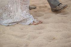 Renda Martha Medeiros na barra do vestido da noiva que teve seu destination wedding em Cancún. Foto: Marcelo Caetano Fotografia