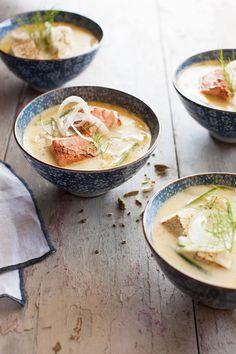 Kardemummalla ja fenkolilla maustetun kookosmaitoliemen sattumina on lohta tai tofua.