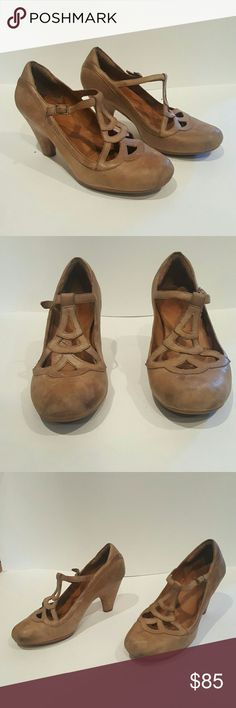 CLARKS INDIGO WOMENS SHOES HEELS SIZE 8 CLARKS  INDIGO WOMENS HEELS GREAT FOR WORK SIZE 8 COMDORTABLE MARY JANE STRAPPY ART DECO  CLASSIC GIRLY FLIRTY LOVE EUC DIstressed leather Clarks Shoes Heels
