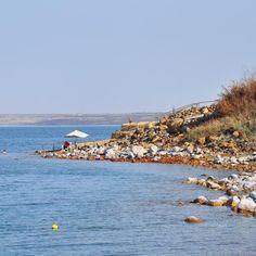 Un mare a 420 metri sotto il livello del mare #shareyourjordan il Mar Morto è qualcosa di eccezionale un ecosistema unico sul pianeta influenzato dall'alta concentrazione di sale nelle sue acque. Siamo sul lato in Giordania e le pietre sulle sue sponde sono ricoperte di cristalli l'acqua è densa e permette di fluttuare sulla sua superficie. Questo grande lago salato piano piano si sta riducendo l'evaporazione e la scarsità di piogge in quest'area lo hanno ridotto notevolmente nel corso degli…