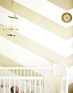 nursery de style rustique avec rayures en diagonale