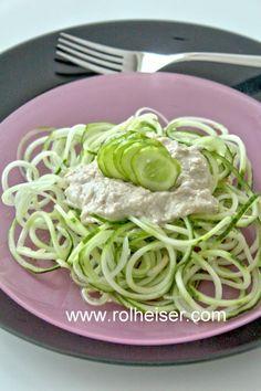 Салат из огурца с соусом из подсолнечных семечек