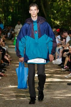 See all the Collection photos from Balenciaga Spring/Summer 2018 Menswear now on British Vogue Male Fashion Trends, Men Fashion Show, Denim Fashion, Fashion Brands, High Fashion, Paris Fashion, Man Fashion, Fashion Ideas, Catwalk Collection