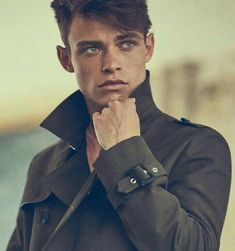 Thomas Doherty as Filodemo Stellatino - Patto di Sangue by Chiara Maggi Cameron Boyce, Beautiful Boys, Pretty Boys, Dove And Thomas, Les Descendants, Cw Series, Man Crush, Belle Photo, Cute Guys