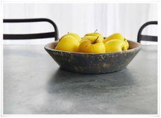 On craque pour ces superbes plats en bois très authentiques, avec une magnifique patine, d'une belle couleur gris bleuté... Taillés dans du bois massif, très épais, chaque plat est une pièce unique. On l'expose sur la table basse, la commode d'entrée, en centre de table avec du pain, des fruits, des noix  noisettes... Un bel objet qui donnera beaucoup de cachet à votre déco !