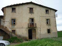 Una antigua casa rural ubicada en la región de cataluña especificamente en la comarca barcelonesa de Osona. Esta construcción original del siglo XVIII pedía a gritos ser rescatada de las garras del olvido.