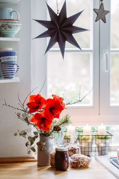 Nun ist er da, der heilige Abend und es ist alles festlich gschmückt, wie bei dir sicherlich auch… Der Baum leuchtet in festlichem Glanz, die Geschenke liegen bereit….. Normlerweise bin ich ja nicht so der Rotfan, doch zu Weihnachten mussten es diese roten Amaryllis sein! Ein paar Kleinigkeiten habe ich gestern abend noch verpackt …. … Amaryllis, Table Decorations, Christmas, Furniture, Winter, Home Decor, Scandinavian Christmas, Noel, Christmas Eve